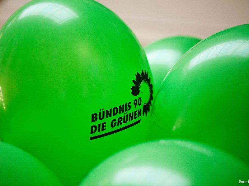 Auf dem Bild sind grüne Luftballons mit dem Logo von Bündnis 90/Die Grünen zu sehen.