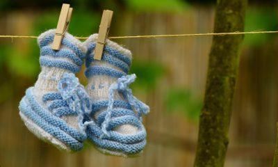 Babyschuhe hängen an einer Wäscheleine