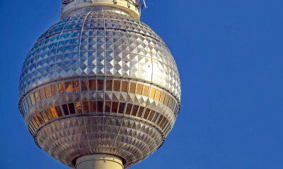 Berliner Fernsehturm vor blauem Himmel