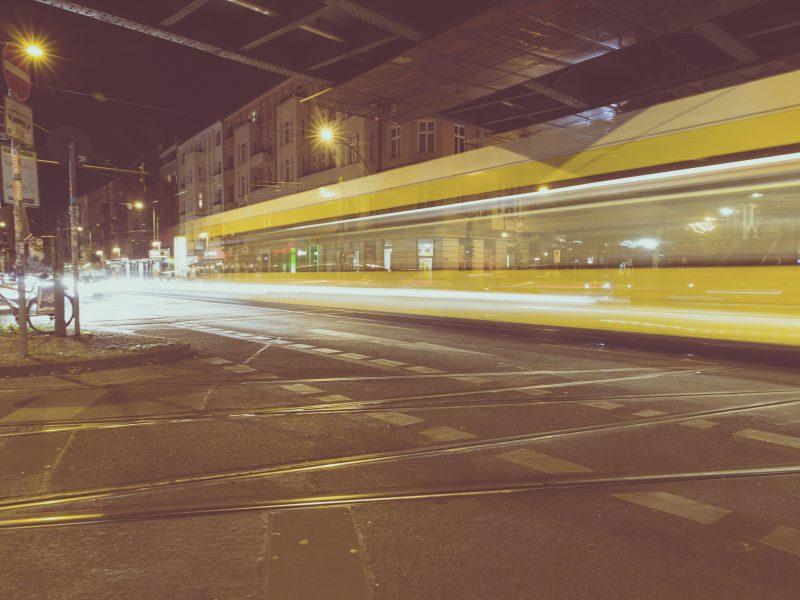 Straßenbahn fährt unter einer Brücke