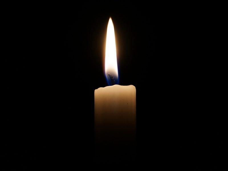 Brennende Kerze im Dunklen