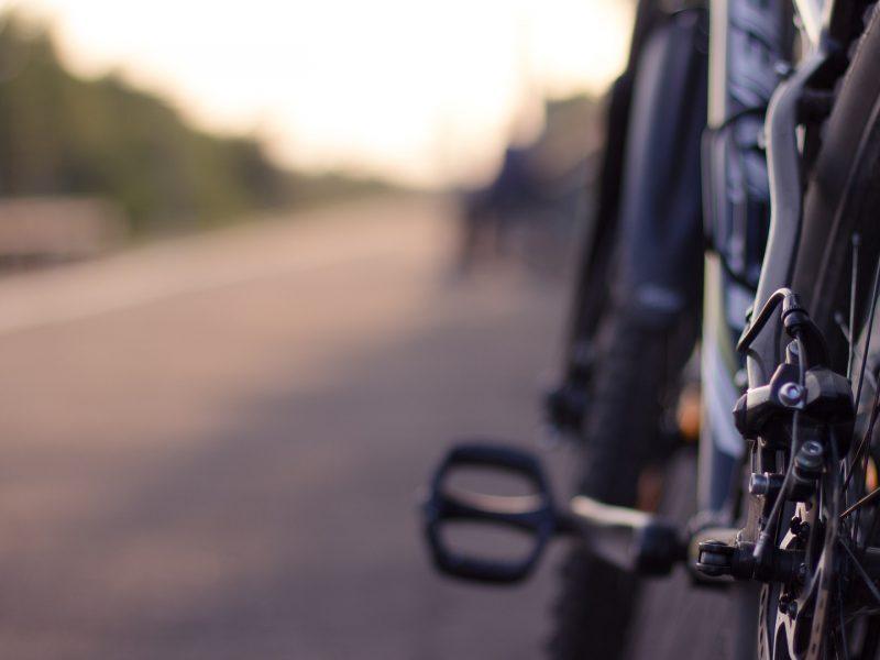 Es ist ein Fahrrad in Nahaufnahme zu sehen