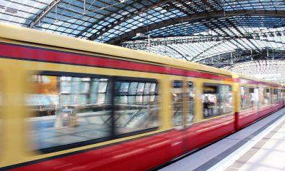 Es ist eine S-Bahn zu sehen, welche in den Berliner Hauptbahnhof einfährt.