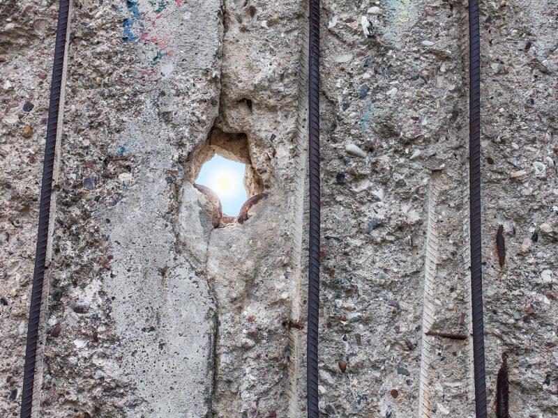 Sonne durch ein Loch in der Berliner Mauer