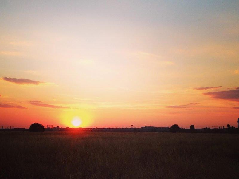 Sonnenuntergang über dem Tempelhofer Feld