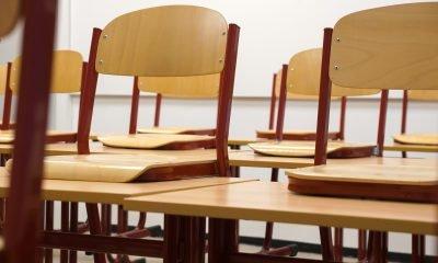 Stühle im Klassenzimmer