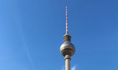 Berliner Fernsehturm und der Bahnhof Alexanderplatz