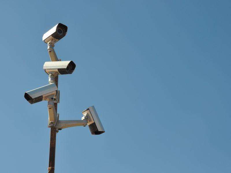 Überwachungskameras an einem Pfahl