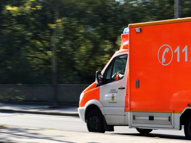 Krankenwagen fährt schnell auf einer Straße