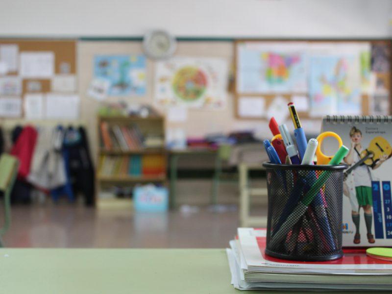Schreibtisch in einem Klassenzimmer