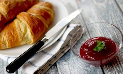 Frühstücksgedeck mit Marmelade und Croissants