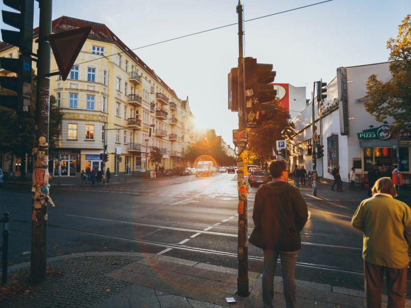 Fußgänger stehen an einer Kreuzung