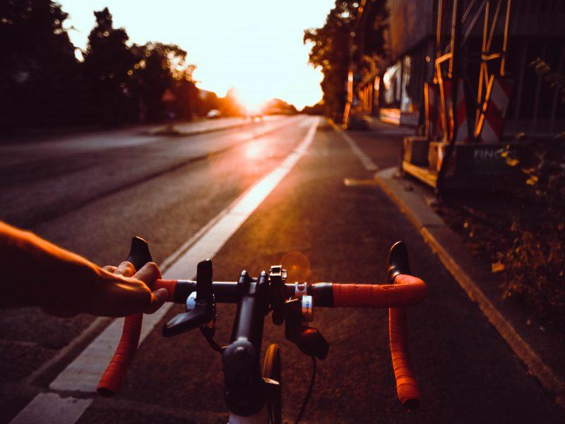 Es ist ein Fahrradlenker zu sehen