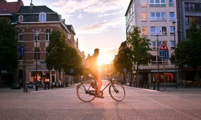 Mann auf Fahrrad bei Sonnenuntergang