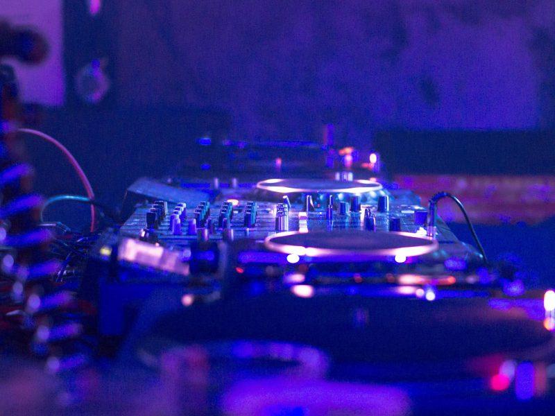 Nahaufnahme eines DJ-Mischpults
