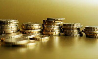 gestapelte goldene Cent-Münzen