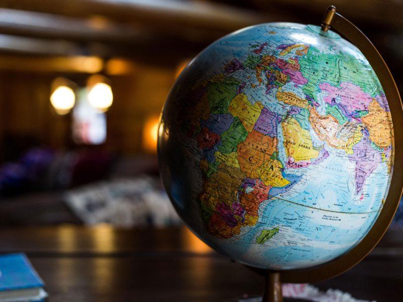 Globus steht auf Tisch