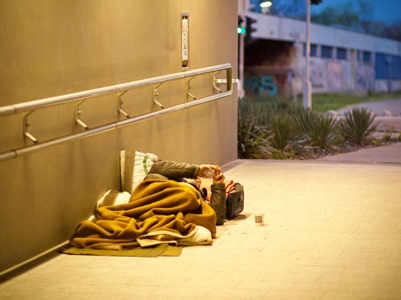 Obdachlose Person liegt in einem Eingang
