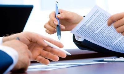 Hände halten Stift und Papier