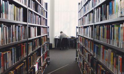 Gang in einer Bibliothek