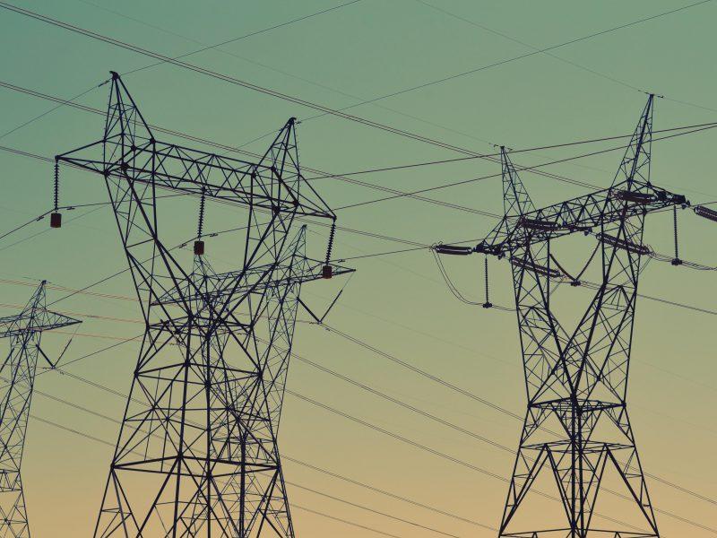 Strommasten bei Abenddämmerung