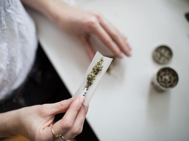 Hand dreht einen Joint