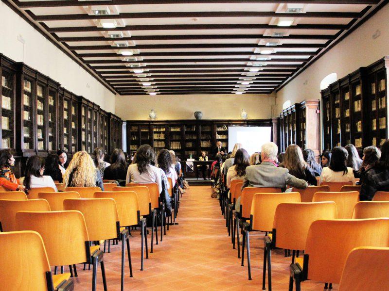 Raum mit Menschen, die auf Stühlen sitzen