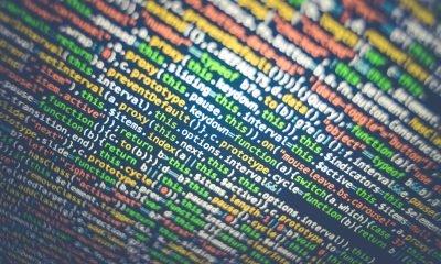 bunte HTML-Codes auf schwarzem Hintergrund