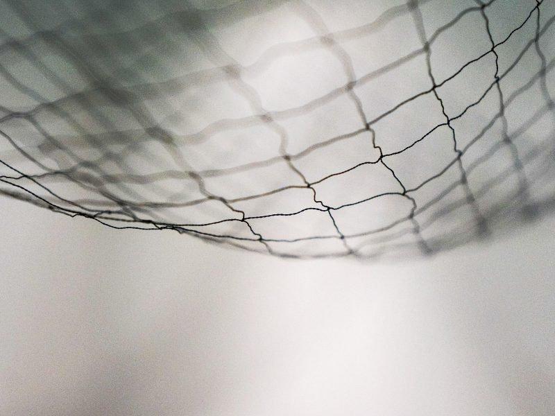 schwarzweißes Bild von einem Netz