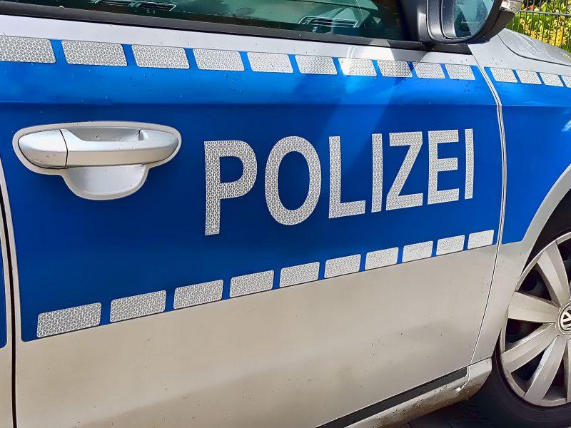 Nahaufnahme des Schriftzuges auf einem Polizei-Auto