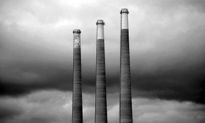 schwarzweißes Bild von Schornsteinen