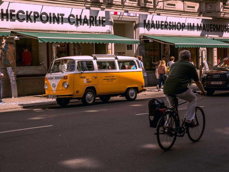 Radfahrer am Checkpoint Charlie