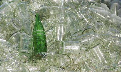 durchsichtige kaputte Glasflaschen und eine grüne Glasflasche