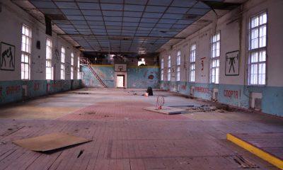 Heruntergekommene, kaputte Sporthalle