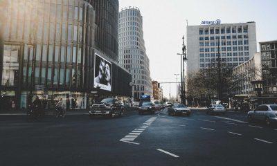 Straßenkreuzung, auf der viele Autos fahren