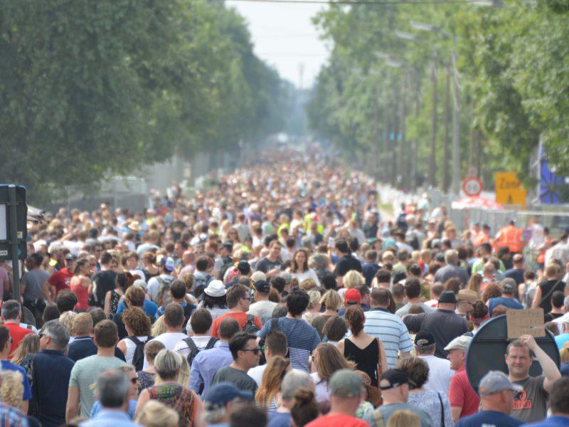 Menschenmenge auf der Straße bei einer Demonstration