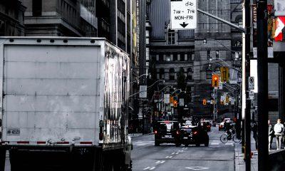 LKW fährt auf einer Straße