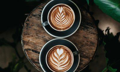 Es sind zwei Kaffee Tassen zu sehen
