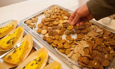 Auf dem Bild sind Kekse zu sehen und eine Hand, die nach einem Keks greift.