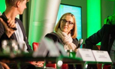 Auf dem Bild sind zwei Podiumsteilnehmer zu sehen: Daniel Wesener und eine Frau.