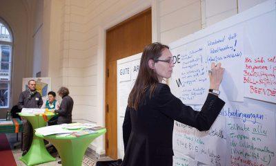 Anja Schillhaneck schreibt an eine Wand.