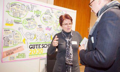 Auf dem Bild ist Stefanie Remlinger in der Diskussion mit einem mann zu sehen.