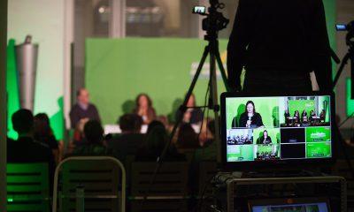 Auf dem Bild ist ein Bildschirm Monitor zu sehen, der die Kamerabilder von der Podiumsdiskussion live zeit.