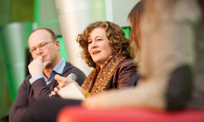 Auf dem Bild ist eine Frau während der Podiumsdiskussion zu sehen.