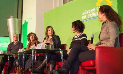 Antje Kapek redet mit TeilnehmerInnen der Podiumsdiskussion.