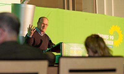 Auf dem Bild ist ein Redner während eines Vortrags zu sehen.