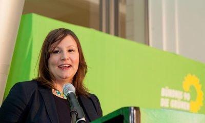 Auf dem Bild ist Antje Kapek zu sehen, während sie auf der Bühne redet.