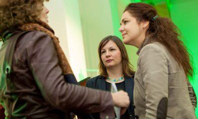 Auf dem Bild sind drei Frauen zu sehen, die diskutieren. Eine der Frauen ist Antje Kapek.