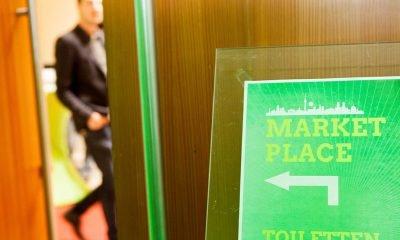 Auf dem Bild ist ein Schild mit einem Richtungspfeil zu den Toiletten zu sehen.