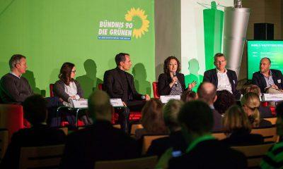 Auf dem Bild ist das besetzte Podium einer Podiumsdiskussion zu sehen.